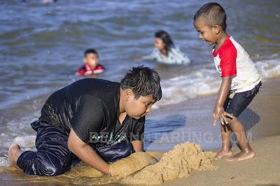 Kanak Kanak Bermain Tepi Pantai