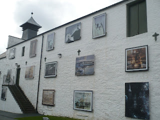 stena s obrazmi na pálenici whisky