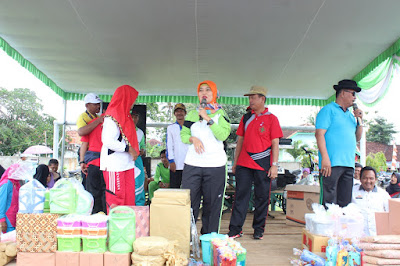 Bupati Chusnunia dan PGRI Purbolinggo Bagi-bagi Hadiah