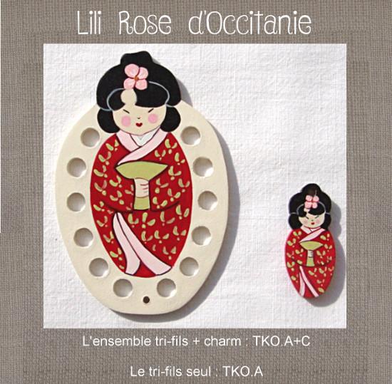 """Tri-fils bois peint """"Kokeshi en robe rouge"""" + charm assorti. Broderie et point de croix"""