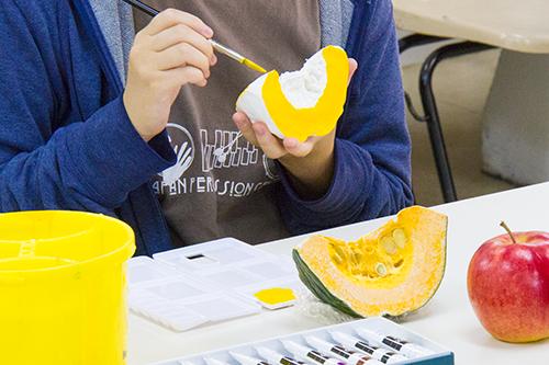 横浜美術学院の中学生教室 美術クラブ 「夏休み美術教室。」立体課題の彩色工程