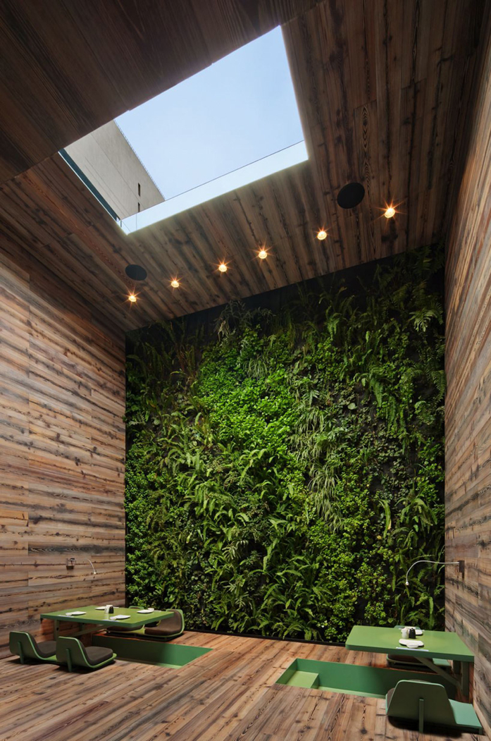 Loving that green wall! Tori Tori Restaurant/ Rojkind Arquitectos + ESRAWE Studio. Photo by Paúl Rivera.