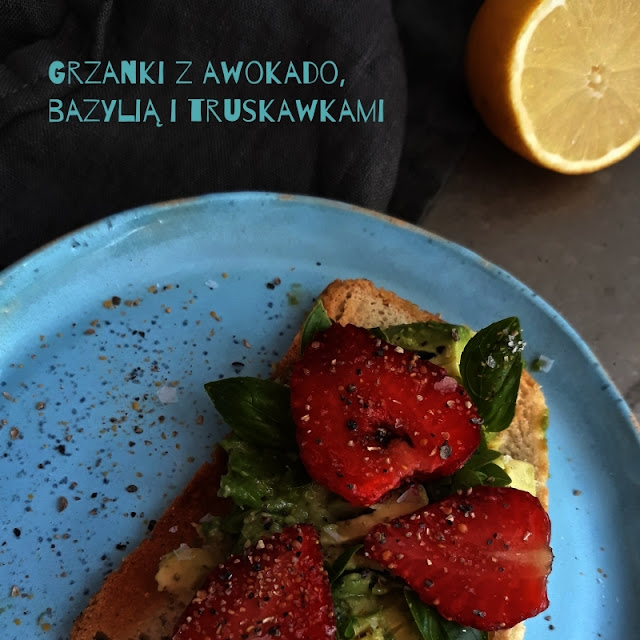 Wiosenne grzanki z awokado, bazylią i truskawkami
