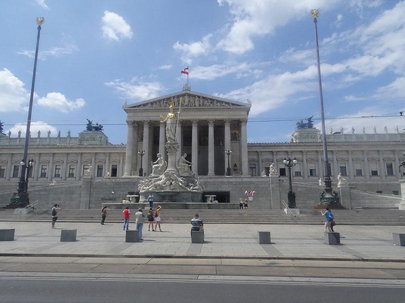 Wien_Vienna_Daytrip_Travel_Guide_Parliament_Building-13