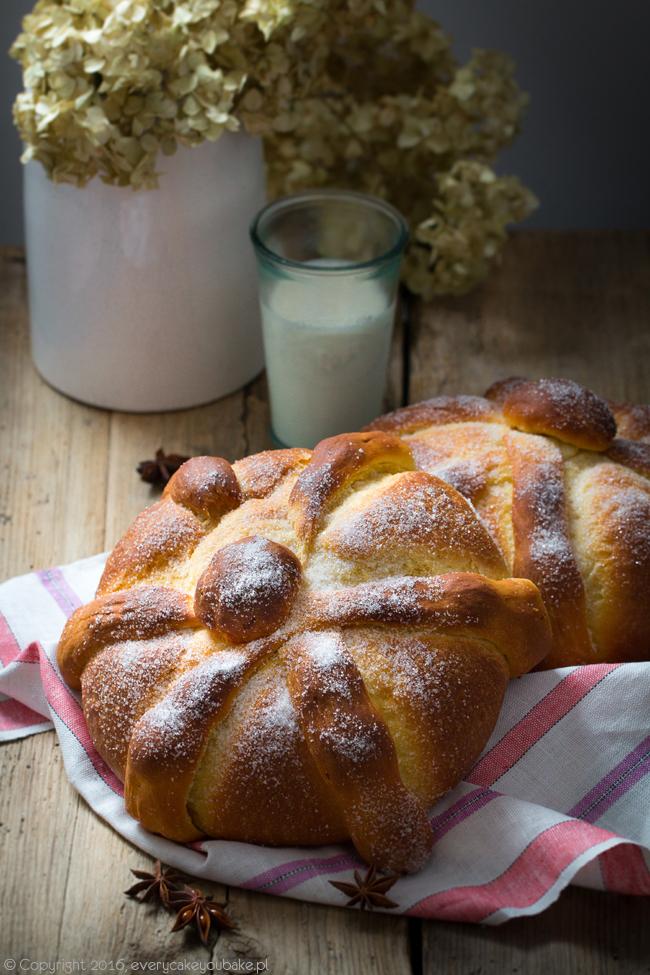 słodki drożdżowy meksykańki chleb umarłych - pan de muerto