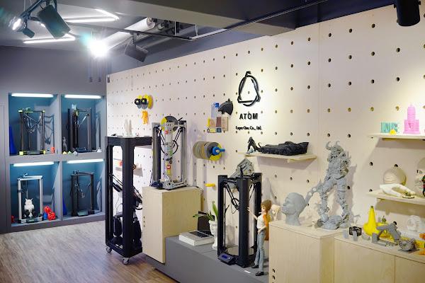 歷代ATOM 3D印表機與作品陳列。照片提供:ATOM。