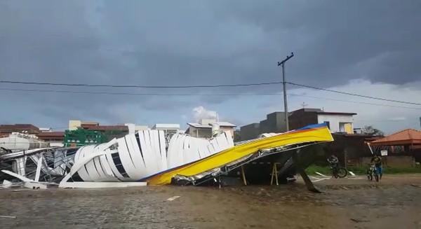VÍDEO: Temporal destrói cobertura de posto de combustíveis em Jequié-BA.