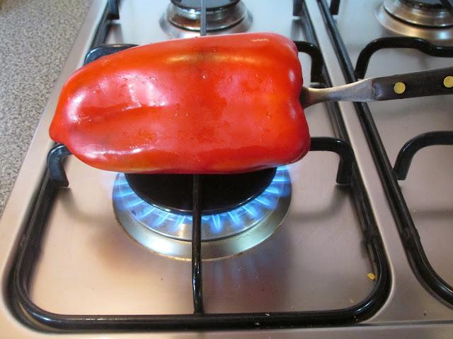 Morrón al fuego de una hornalla de cocina