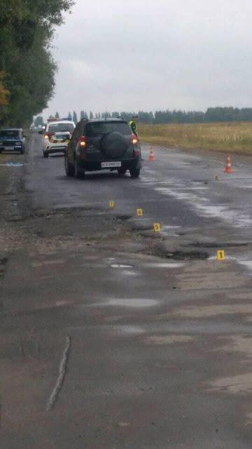 Автомобіль із сім'єю розбився через яму на дорозі