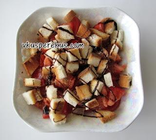 Итальянский салат из помидор с сухариками