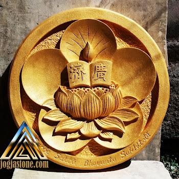 ornamen bunga sabbe satta bhavantu sukhitata warna emas dari batu putih