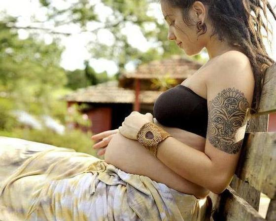 Chica embarazada con tatuajes