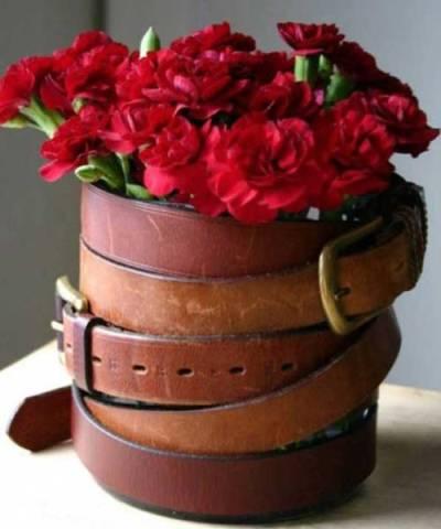 Vas bunga dari sabuk kulit bekas
