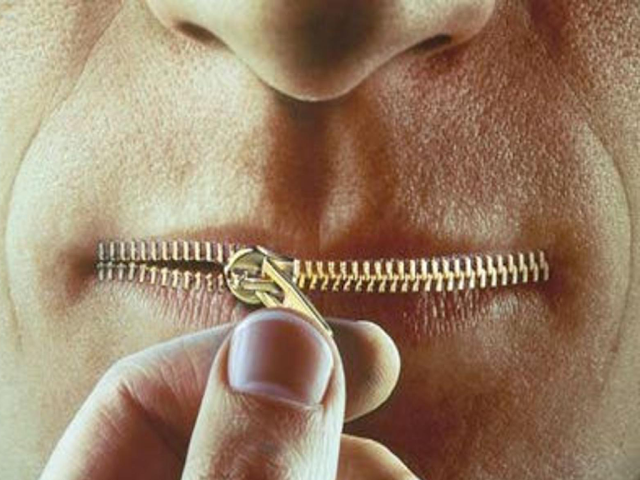 homem com boca de ziper e fechando a boca