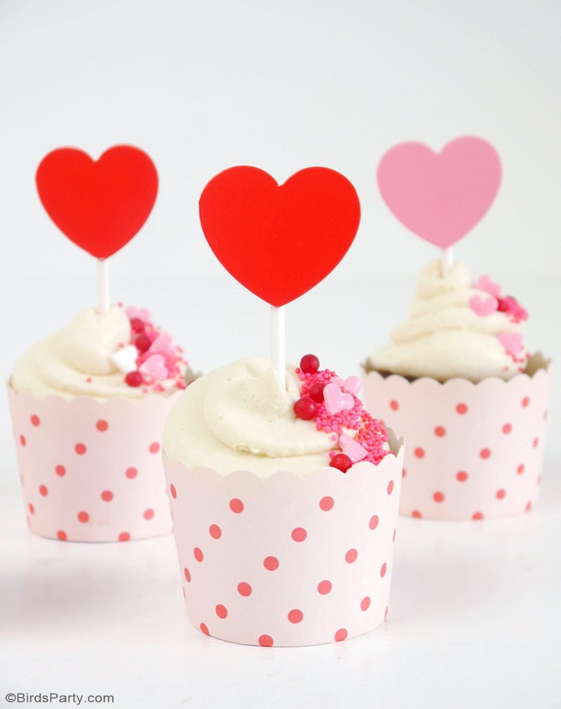 Chocolate Cupcake with Mascarpone Frosting - delicious, quick and easy dessert recipe to make for Valentine's Day party or to treat a loved one! | BirdsParty.com