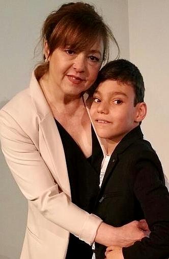 Foto de Adrián Martín Vega posando con su madre