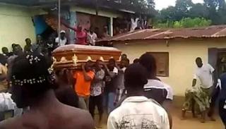 Zambian undertakers carrying a coffin