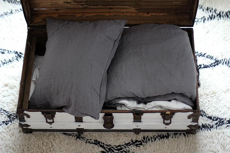 Olohuoneen sohvapöytänä toimiva vanha arkku on kätevä säilytyskaluste 916a1bf9e6