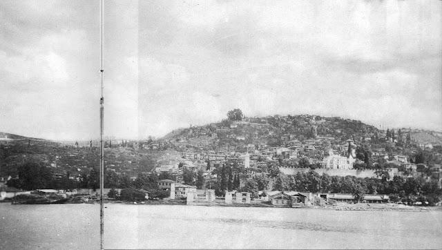 Η Νικομήδεια (σήμερα Izmit) βρίσκεται στο μυχό του Αστακηνού Κόλπου της Προποντίδας. Η φωτογραφία τραβήχτηκε από πλοίο τον Ιούνιο του 1921.