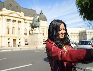 Adinda Azani Foto Senyum