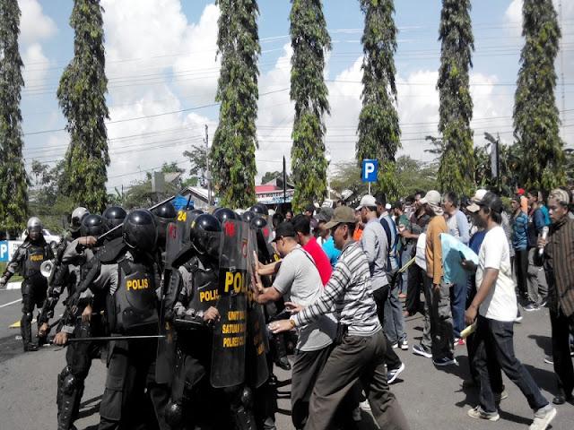 Batal Ditetapkan sebagai Cabup, Massa Mukidi Geruduk KPU Cilacap