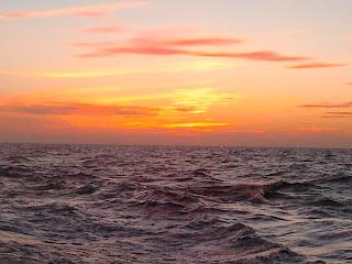 Gambar 1. Dibelakang Kapal Itu Aku Menatap Pulauku Setelah Melangsung Shalat Shubuh Sambil Duduk