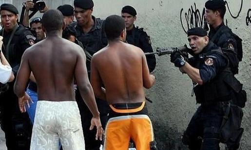 Uma pesquisa feita com policiais de todo o país, lançada nesta quarta-feira (30) em São Paulo, revelou que a maioria diz ser a favor da desmilitarização da PM. Ainda segundo o estudo, um terço dos policiais brasileiros pensa em sair da corporação na qual trabalham.  O estudo foi realizado com 21.101 policiais militares, civis, federais, rodoviários federais, bombeiros e peritos criminais de todos os Estados. Os profissionais foram ouvidos entre os dias 30 de junho e 18 de julho.  A pesquisa
