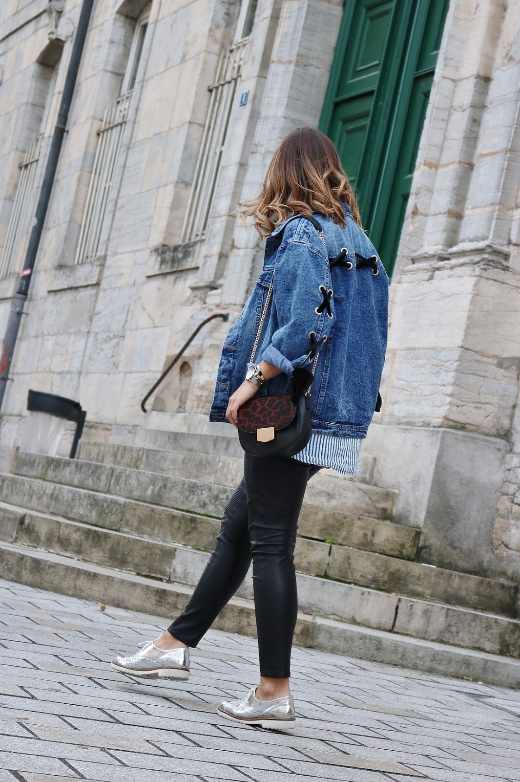 pauline-dress-tenue-look-besancon-veste-denim-lace-up-noir-tregging-chemise-rayee-sac-leo-walk