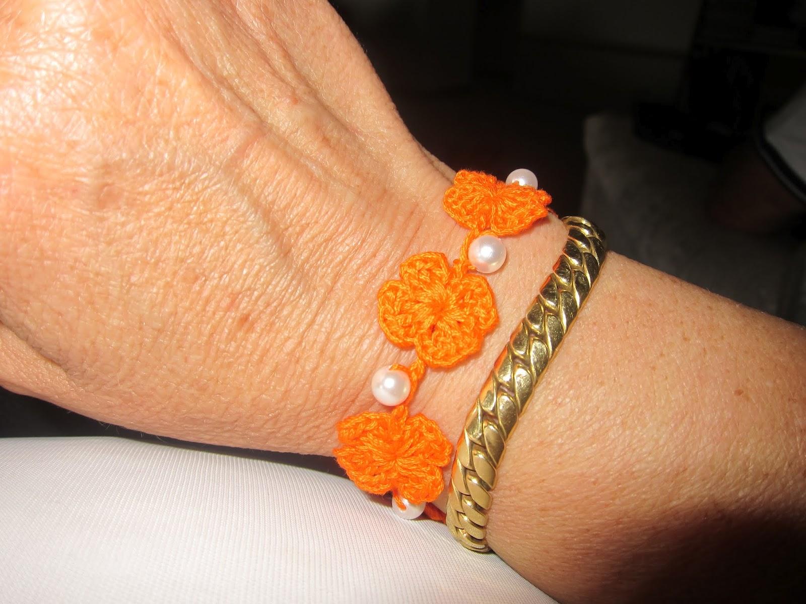 Altro braccialetto all'uncinetto con bottone gioiello...