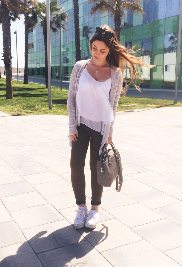 Outfits con zapatillas blancas