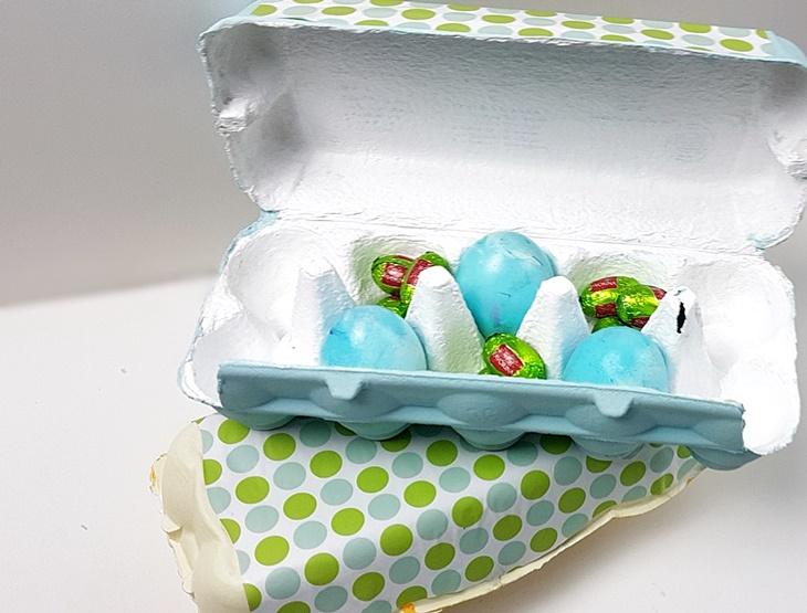 Bunt bemalter Eierkarton mit blauen und grünen Ostereiern