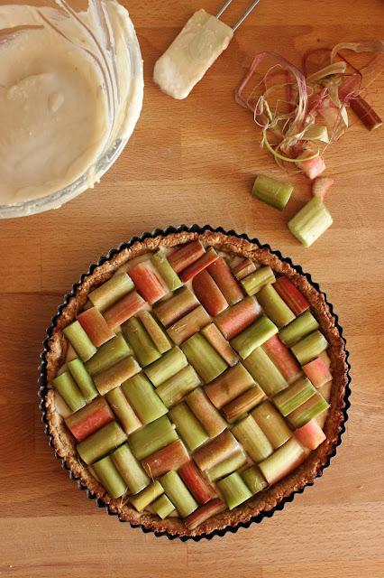Cuillère et saladier : Tarte géométrique à la rhubarbe et à l'amande (vegan)