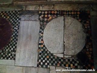 Pavimento cosmatesco da ábside em xadrez, São Jorge al Velabro