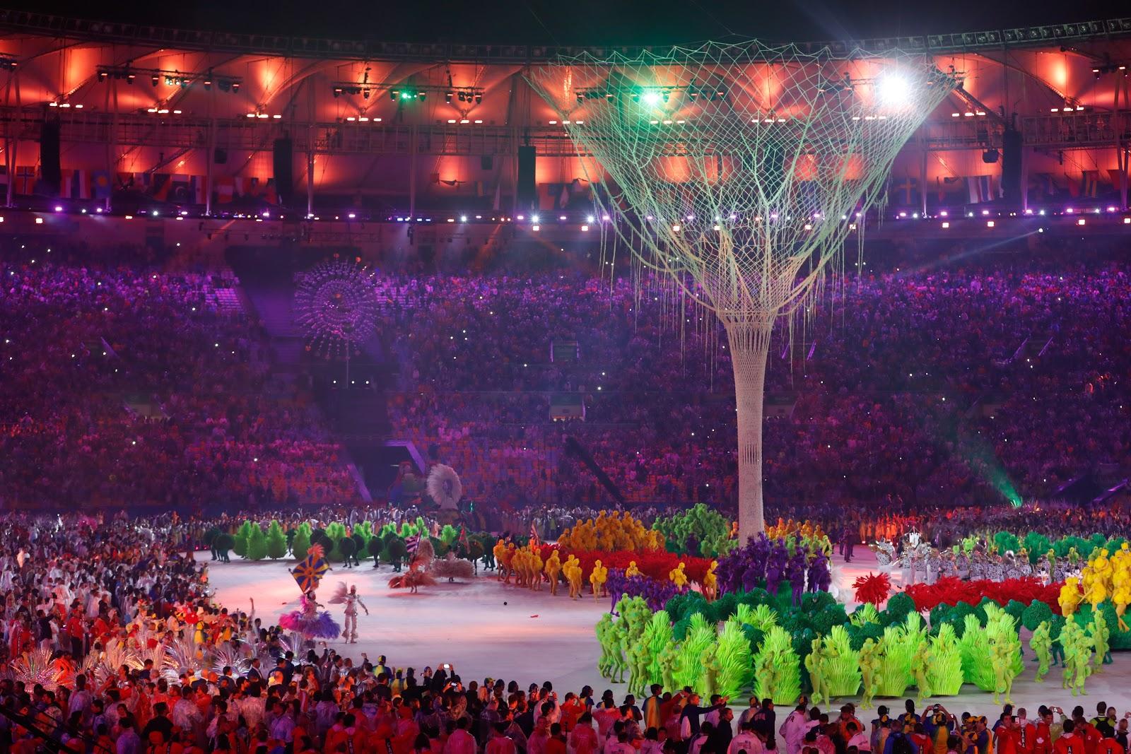 2016年のリオデジャネイロオリンピックの閉会式で夜のメインスタジアムに巨木のオブジェが神秘的に幻想的に立てられている