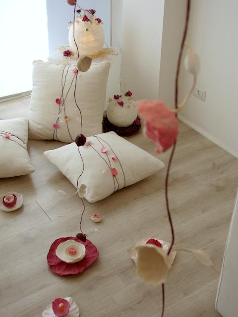 Ghirlande e allestimenti di fiori di carta per matrimonio green, cerimonie, vetrine