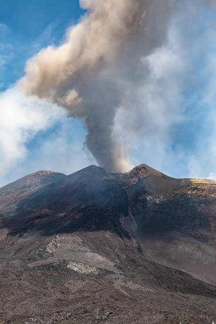Pequeña explosión en el Monte Etna y nube de humo volcánica sobre la ladera del volcán.