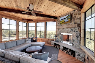 sala rústica con chimenea
