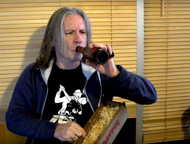 """Bruce Dickinson apresenta """"Sun And Steel"""" a nova cerveja do Iron Maiden"""