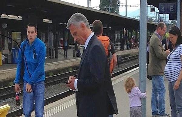 Mientras Peña gasta millones, El Presidente de Suiza va al trabajo en tren