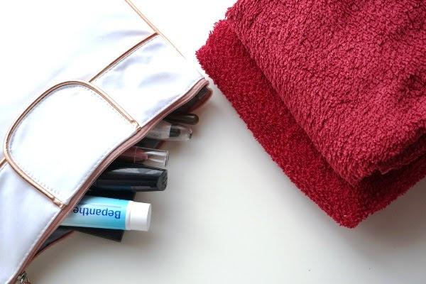 torba do szpitala na porodówkę - woda, przekąski, kosmetyki i ręczniki