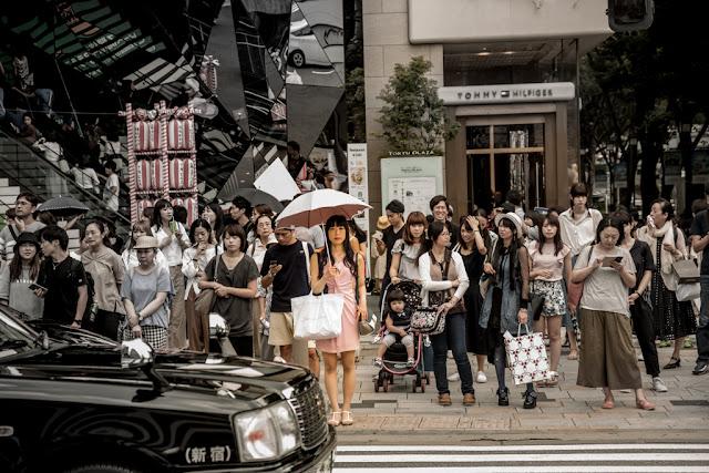 """Omotesanda"" pura, entre mucho circunstancial :: Canon EOS5D MkIII | ISO100 | Canon 24-105@98mm | f/6.3 | 1/50s"