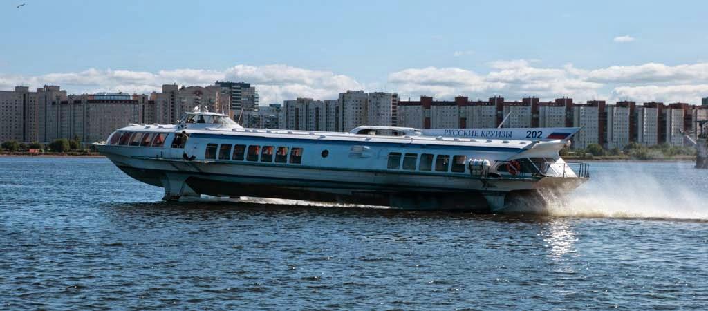 Paseo en barco por el río Neva