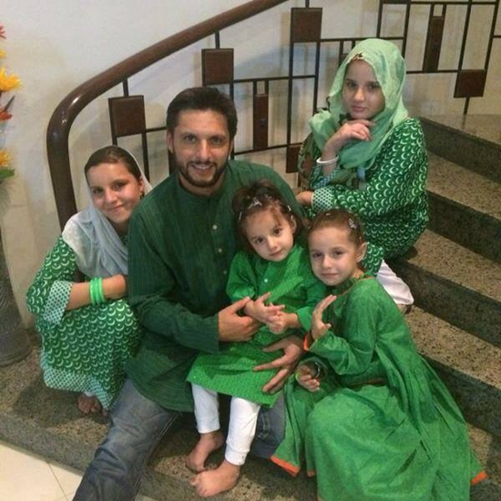 Shahid Afridi with his daughters Aqsa, Ansha; Ajwa and Asmara