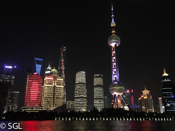 Vista nocturna del centro financiero de Shanghai
