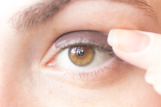 Макияж глаз с зелёным акцентом: шаг 1