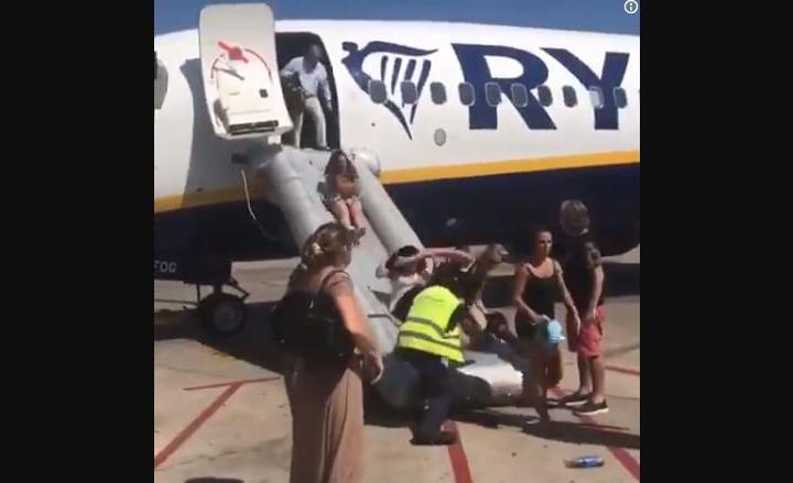 Panico su volo RyanAir: esplode batteria telefono cellulare prima del decollo.