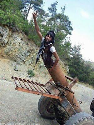 Islamischer Staat Soldat lustig in selbstgebauter Kanone