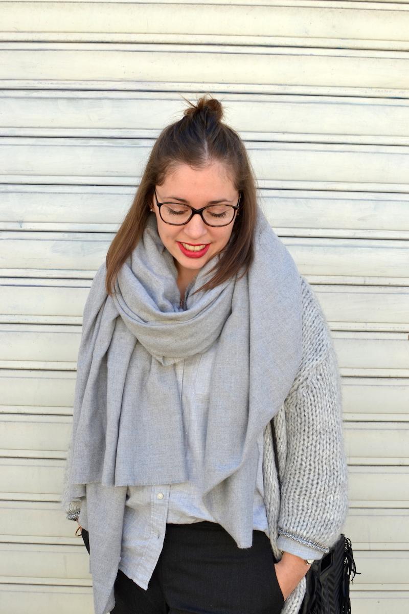 gilet en laine Pretty Wire, chemise grise Uniqlo, écharpe grise Zara