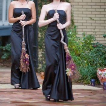 Damas de honra com vassouras em casamento Halloween