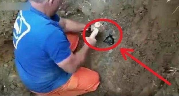 Seorang Pendaki Dengar Suara Pelik Di Balik Batu Ketika Mendaki. Nekad Dia Memecahkan Batu Tersebut Dan..OMG APA YANG DITEMUI NYA BENAR BENAR BUAT DIA DIAM TAK TERKATA!! LIHAT!!
